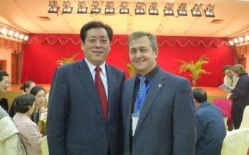 Виктор Стерликов с господином  Чан Цзяньпином,  Генеральным секретарем Международной Федерации Оздоровительного Цигун